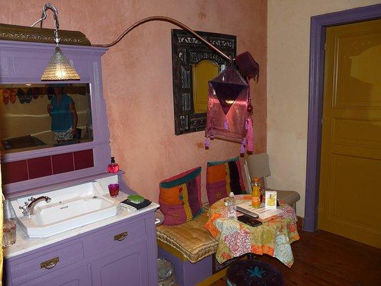 Bed & Breakfast Le Bonimenteur: lavabo dans chambre mais wc séparé et grande douche séparée