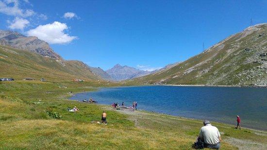 Valsavarenche, Italia: il lago del Nivolet davanti al rifugio