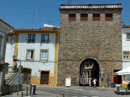 Restos de muralhas e portas em Portalegre