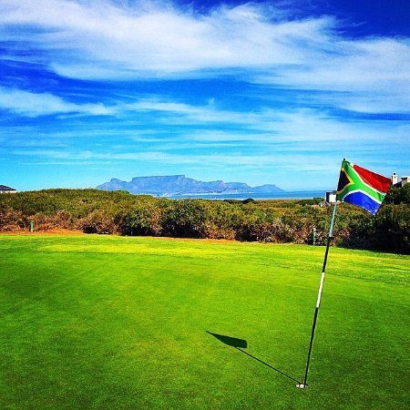 Cape Town, Sudafrica: I took this photo when playing Atlantic Beach Golf Estate. Table Mountain as the backdrop. Beaut