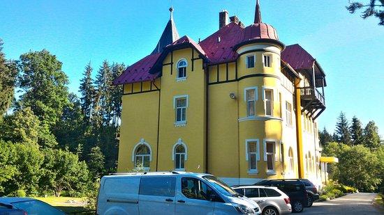 Kaplice, República Checa: Pohled na hotel z parkoviště