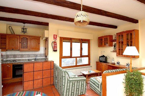 Apartamentos Turisticos Rural Los Tinaos: Salon cocina casa de 4 personas