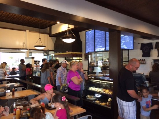 Winter Garden, فلوريدا: People waiting in the serving line.