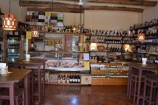 Sovana, Italia: il banco salumi e formaggi
