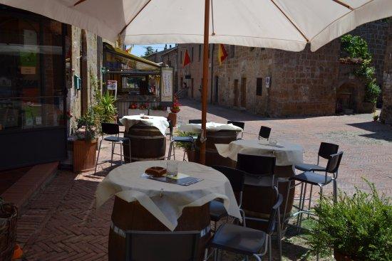Sovana, อิตาลี: posti all'ombra