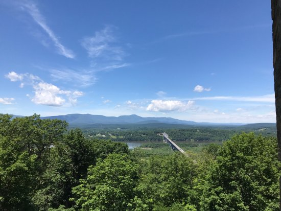 Windham, Estado de Nueva York: View of the Rip Van Winkle bridge and the Northern Catskills from Olana