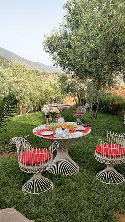 Domaine Malika: petit déjeuner face aux montagnes