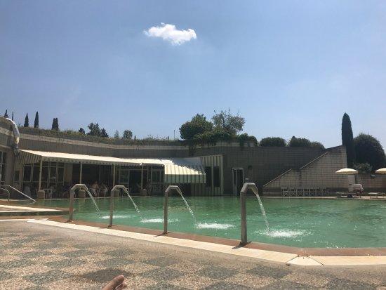 """San Casciano dei Bagni, Italië: Questa è l'unica vista che puoi avere facendo solo accesso giornaliero... una """"piscina""""...27€"""