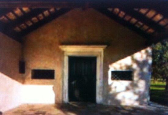 Chiesetta di San Giacomo (Villanova): Portoncino d'ingresso  , sotto al Porticato .