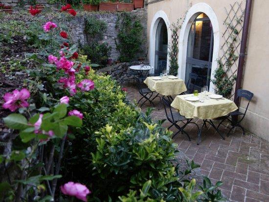 Pietralunga, อิตาลี: E' possibile mangiare all'aperto sui nostri tavoli nel giardino