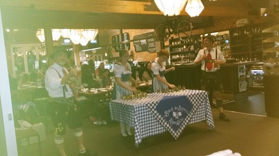 Hahndorf, Αυστραλία: German staff playimg the bells and dancing to German Music....class