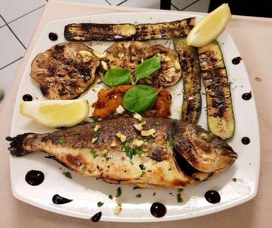 Ristorante Pizzeria Vesuvio : Orata al forno con verdure grigliate! Ottima cena alla pizzeria vesuvio!