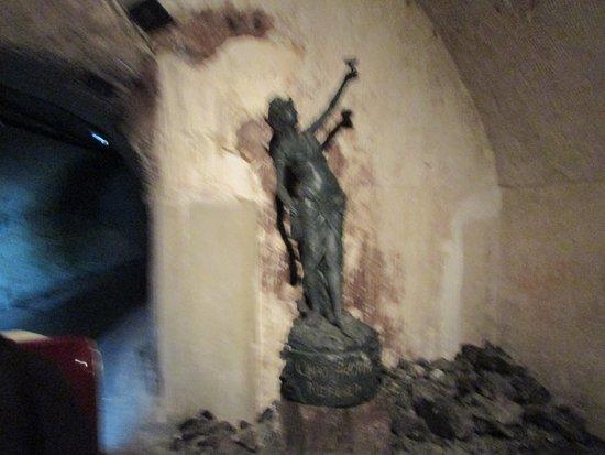 Epernay, ฝรั่งเศส: statues dans les caves