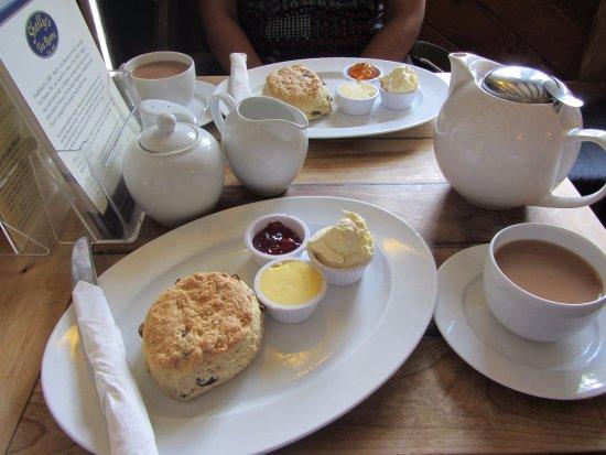 Chilham, UK: tea for two met scones
