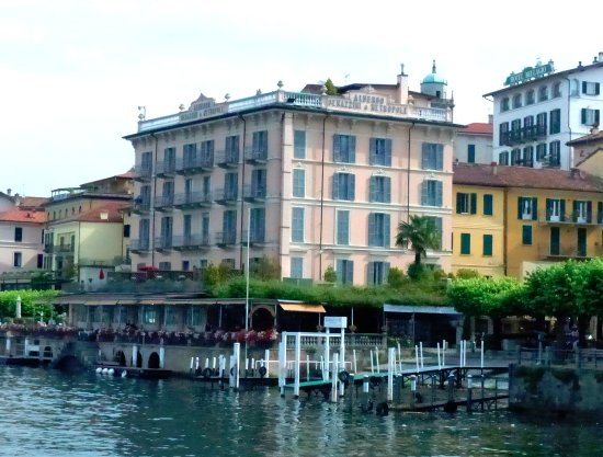 Hotel Metropole Bellagio: Hotel from the vehicle ferry terminal point.