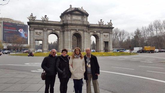 Plaza de Cibeles : Ворота Алькала позади площади
