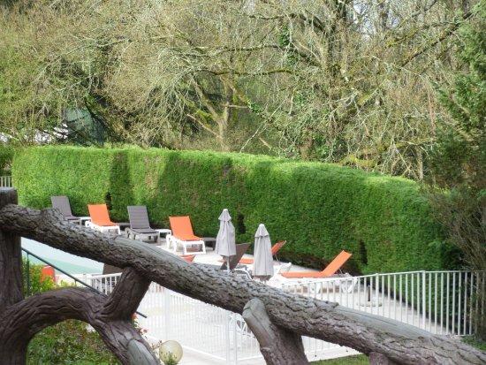 Chateau des Reynats: arrière de l'établissement avec vue sur la piscine