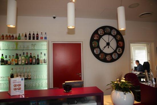 Colmar. comfort hotel expo.le bar & lla réception et le bureau de
