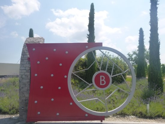 Serralunga d'Alba, Italy: The entrance - we've arrived!