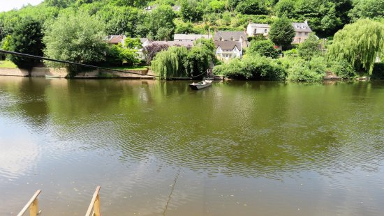 Symonds Yat, UK: Hand ferry run by the bar staff from The Saracens Head.