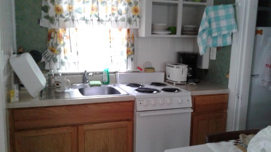 Tanglewood Motel and Cottages: Plenty of room for cooking meals.