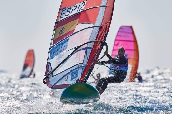 Islantilla, Espagne: nuestra regatista Pilar Lamadrid Trueba supervisa nuestros cursos de windsurf,un lujo!