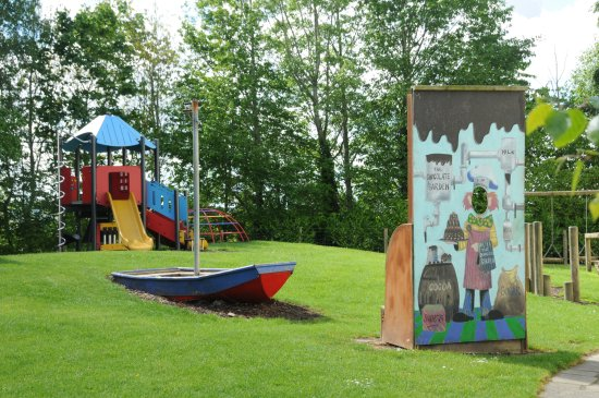 Tullow, Ireland: Outside picnic & play area
