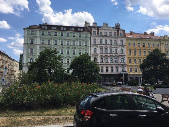 Photo de l 39 h tel en vert comme le nom l 39 indique depuis for Les noms des hotels