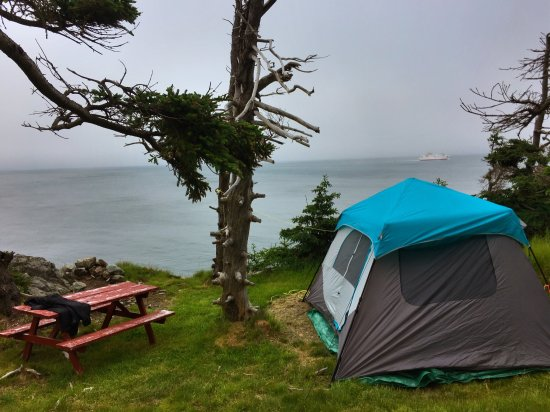 Grand Manan, Canadá: The Hole in the Wall, lobster dinner at our campsite, with the ferry passing by in the backgroun