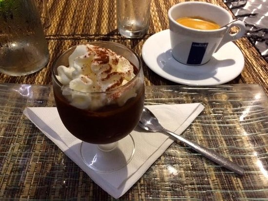 Saint-Gilles-les Hauts, Reunion: La mousse au chocolat maison comprise dans la formule avec le grand café