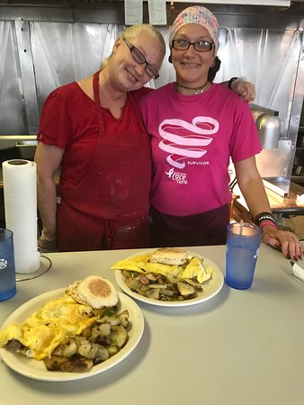 Crawfordsville, IN: Blonde and her daughter and some amazing food! Sit at the bar so you can enjoy her feistiness wh