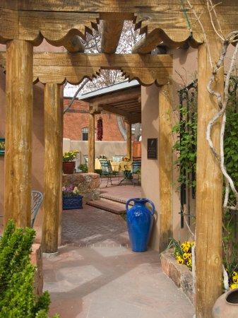El Farolito B&B Inn: Dining Patio and Fountain