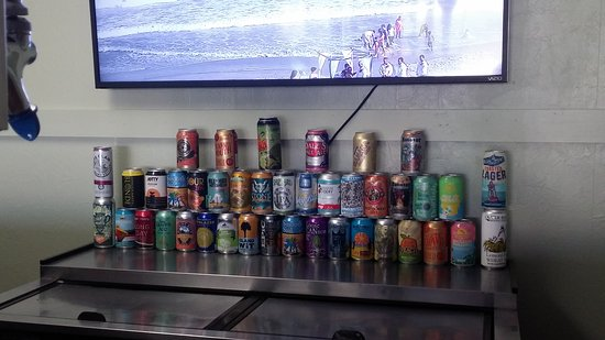 Surf City, Carolina del Norte: The tower of canned beers and this doesnt include bottles! Over 130 beers here...awesome!