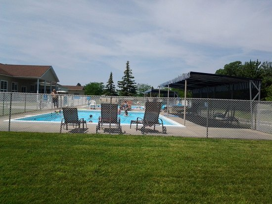 Essex, Canada: Two heated pools