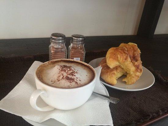Parrita, Costa Rica: Delicioso Cappuccino estilo italiano decorado con polvo de canela o cacao