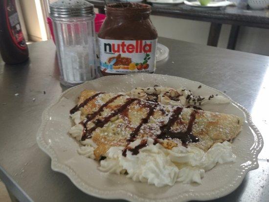 Parrita, Costa Rica: Crepes Suzette rellena de Crema al chocolate NUTELLA con sirope de chocolate y crema chantilly
