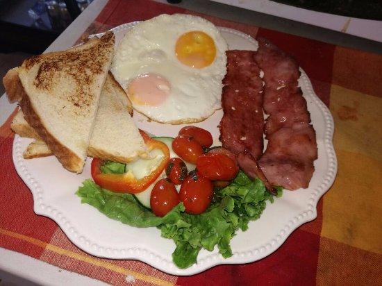 Parrita, Costa Rica: Desayuno americano con huevos fritos, tocineta a la plancha, tomates salteados y lechuga