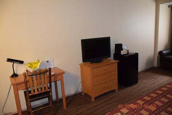 Wuksachi Lodge: Tiny desk and TV