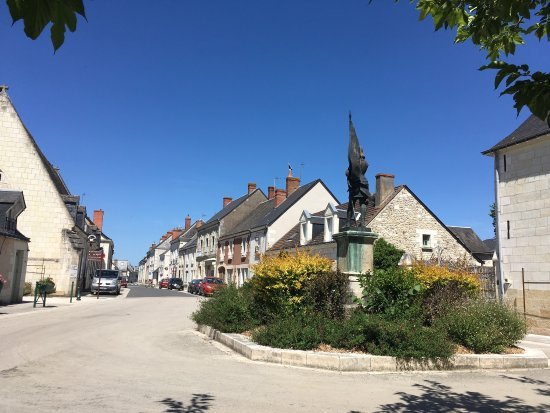 Sainte-Catherine-de-Fierbois, France: Wunderschönes Restaurant in entzückenden kleinen Dorf.