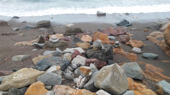 Fireside Inn on Moonstone Beach: Lots of rocks and stones.