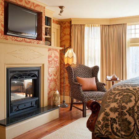 Ivy Lodge: Fireplace in every room.
