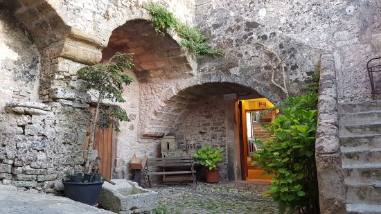 Ristorante Monte San Giuliano: Picturesque small streets leading to back entrance of the restaurant
