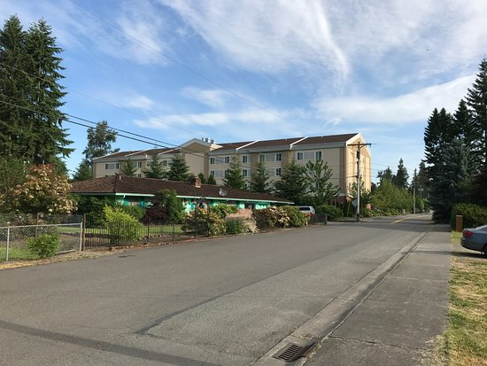 Marysville, WA: Back side of hotel overlooking residential area
