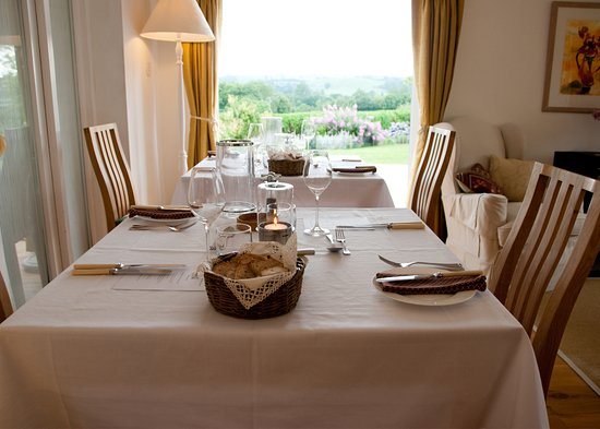 Крюкерн, UK: Tables laid for B&B guest suppers at Fairways Bed and Breakfast in Crewkerne in Somerset