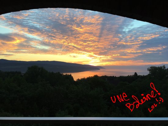 Auberge des Falaises: Pour les lève tôt, superbe auraure du matin!
