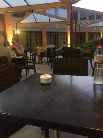 Alimara Barcelona Hotel: OUTSIDE COURT YARD TABLES
