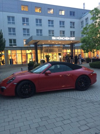 Aschheim, Alemania: Front entrance of hotel ... nice car !
