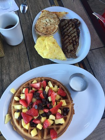 Castaway Cafe: Steak and eggs y Belgian waffle