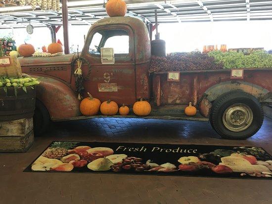 Hollister, CA: Casa de Fruta relic