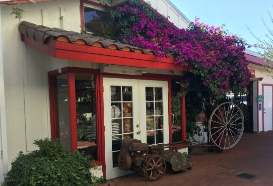 Hollister, CA: Entrance to fruit store